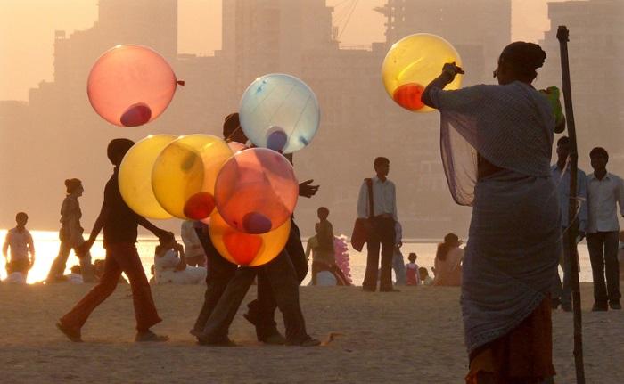 Mumbai (Bombay) - Balloons at sunset on Chowpatty Beach